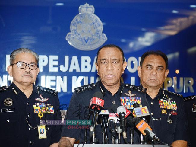 """卡里尔(中)在马兹兰(左起)和罗斯兰陪同下,在吉隆坡媒体中心召开记者会,公布警方展开""""老鼠俱乐部行动""""详情。"""