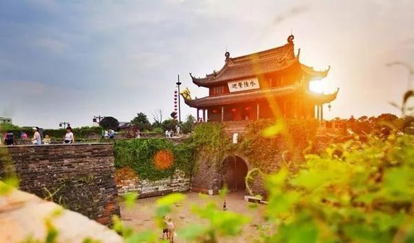 苏州相门古城墙,古城墙走一圈就能读懂大半个苏州。时间流逝,事物变迁,唯一不变的,便是这座城市的雅致与风骨,而这些雄伟壮丽的城墙,便是最好的见证者。古城墙原本有17座门,但古城墙至今也只剩下了座门──盘门、胥门、金门。现在看到的其他城门,都是修缮重建的,而盘门也是苏州乃中国罕见保存较好的水陆城门。 地址:苏州市姑苏区相门地铁站2号口东北200公尺 如何抵达:乘搭地铁1号线,相门站下车。