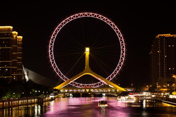 天津之眼:跨海河连接河北区与红桥区,是一座跨河建设、桥轮合一的摩天轮,兼具观光和交通功用。天津之眼是世界上唯一一个桥上瞰景摩天轮,是天津的地标之一。天津之眼夜景很美,观看海河夜景是免费哦。