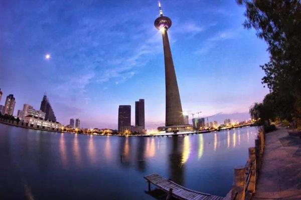"""天塔:天塔即天津广播电视塔,高415公尺,建成时是亚洲最高,世界上唯一一座""""水中之塔"""",塔顶有旋转餐厅,登顶可以看整个天津全貌。"""