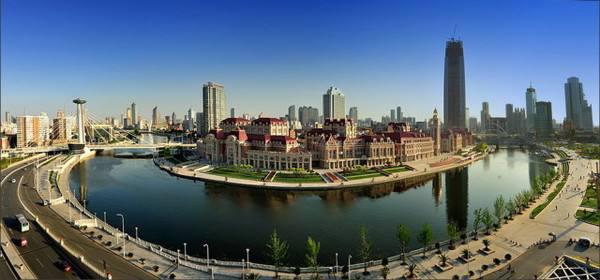 津湾广场:位于天津市和平区的一处海河河湾南岸,东侧和北侧海河环绕,西临解放北路,在旧法租界内,建筑风格与周边原租界内的历史建筑一致为欧式建筑。