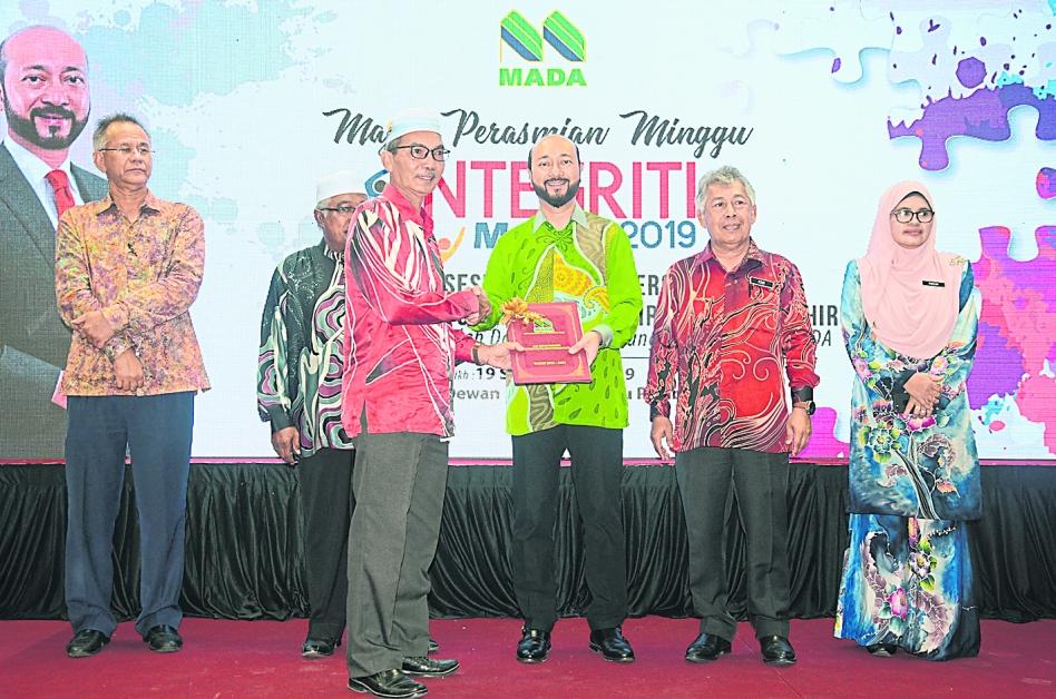 慕克里兹(右3)颁发奖状给得奖者,右2为弗兹。