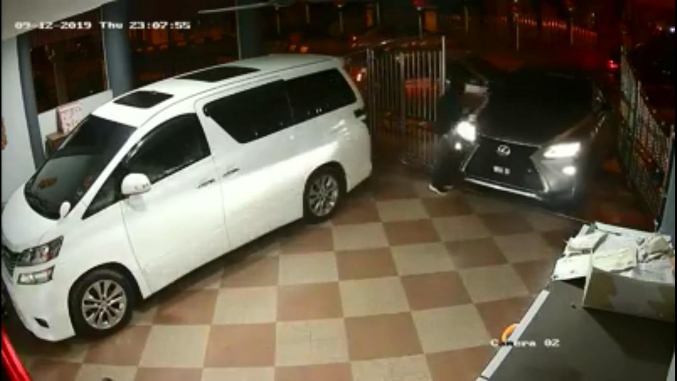 车主为了躲避,急速往后退,撞毁住家大门和刀匪乘坐的轿车。