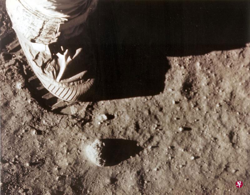 月壤是覆盖在月球表面上的一层细小粒子,图为阿波罗11号宇航员在月壤上留下的脚印。