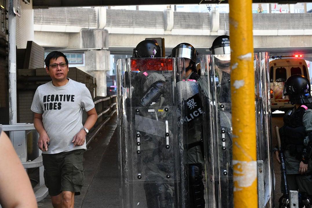 防暴警察在屯门西铁站外戒备。