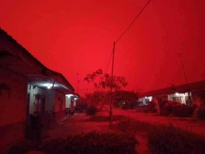 印尼天空变红色。