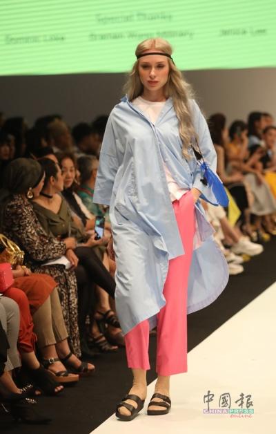 把简约设计的直版连身裙化作衬衫配搭,也能穿搭出一身帅气。