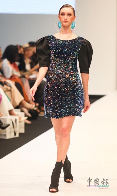 以珠片布料制成的小短裙,配有小羊腿袖,低调的奢华,适合任何场合。