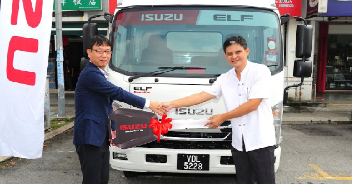 大马五十铃总执行长中村幸滋(Koji Nakamura),移交车匙给车主符策辉。