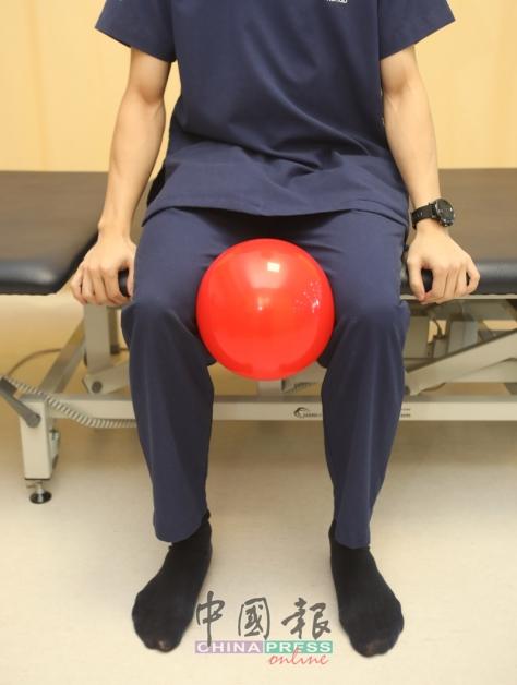 1.坐在床沿或椅子,脚底平放在地上,将一个小弹力球(或枕头)放在膝盖之间。