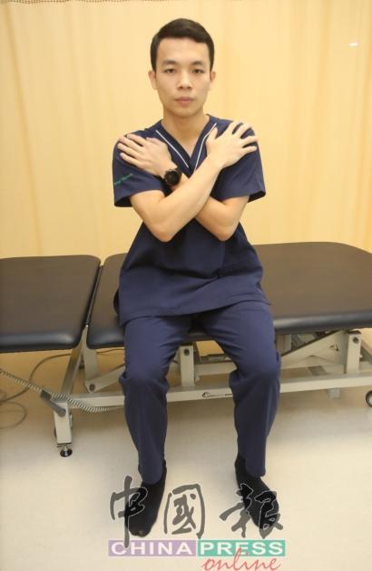 1.坐在椅子上或床沿,双手交叉放在胸前。