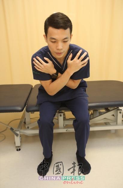 2.臀部肌肉用力,身体往前倾慢慢站立。
