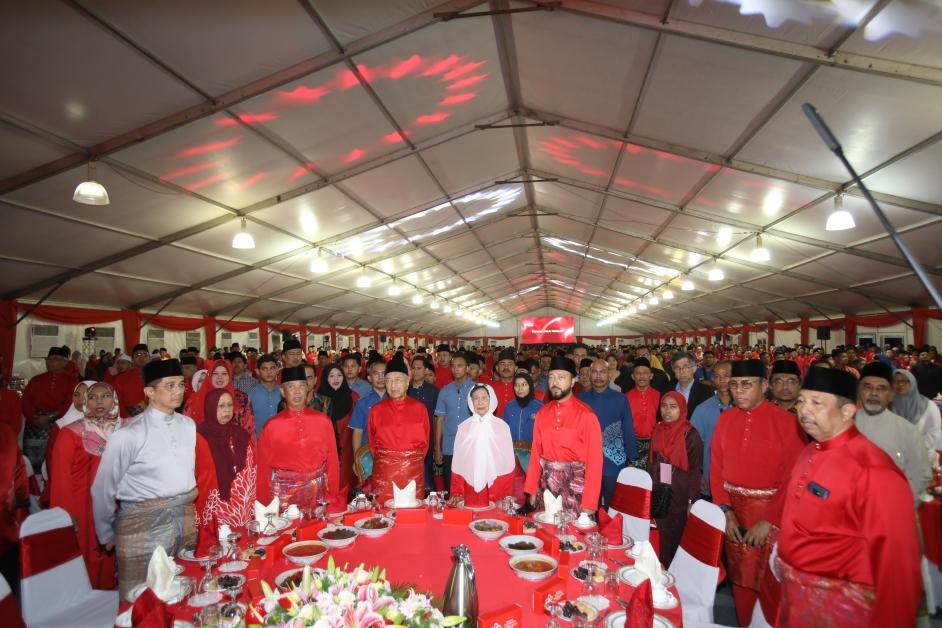 全体出席者肃立歌唱国歌和党歌。前排右起为土团党执行秘书莫哈末苏海米、副总裁拿督阿都拉昔、慕克里兹、西蒂哈丝玛、马哈迪、慕尤丁伉俪及阿兹敏阿里。