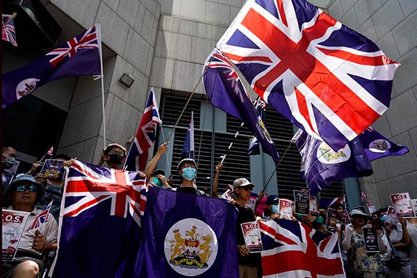 示威群众周日中午12时在英国领事馆前集会,高举英国国旗。