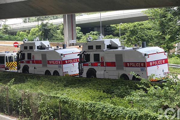 两辆水炮车在西环中联办外戒备。
