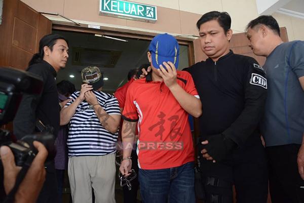 莫哈末法依祖(右2)以帽子掩盖其脸部,不让其样貌曝光。