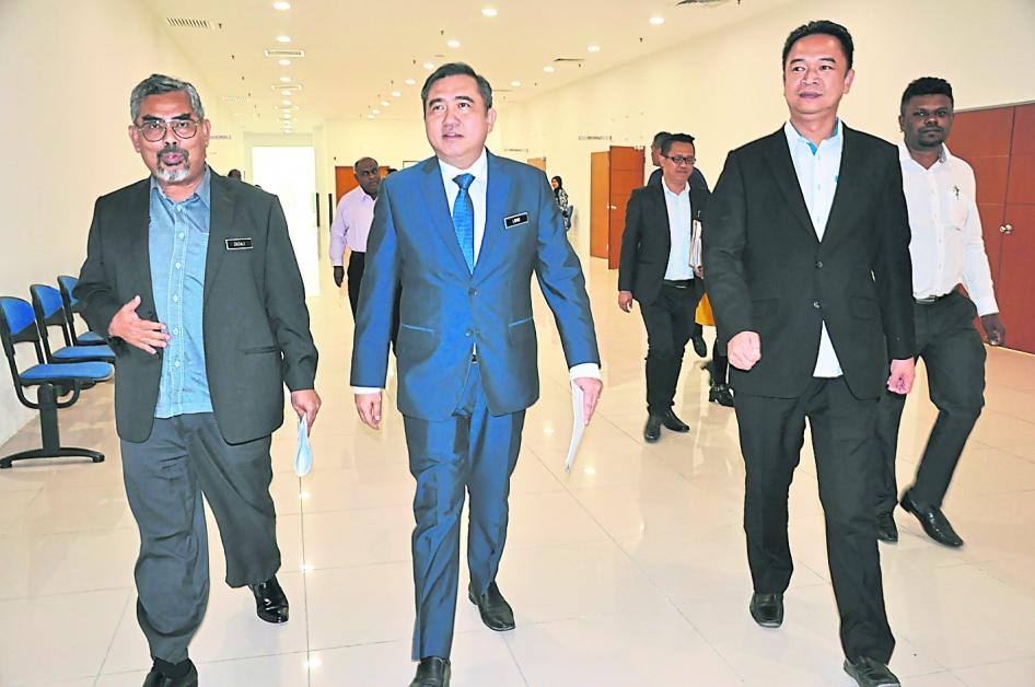 陆兆福(前排中)在查扎里的陪同下参观市议会大楼,右为张聒翔。