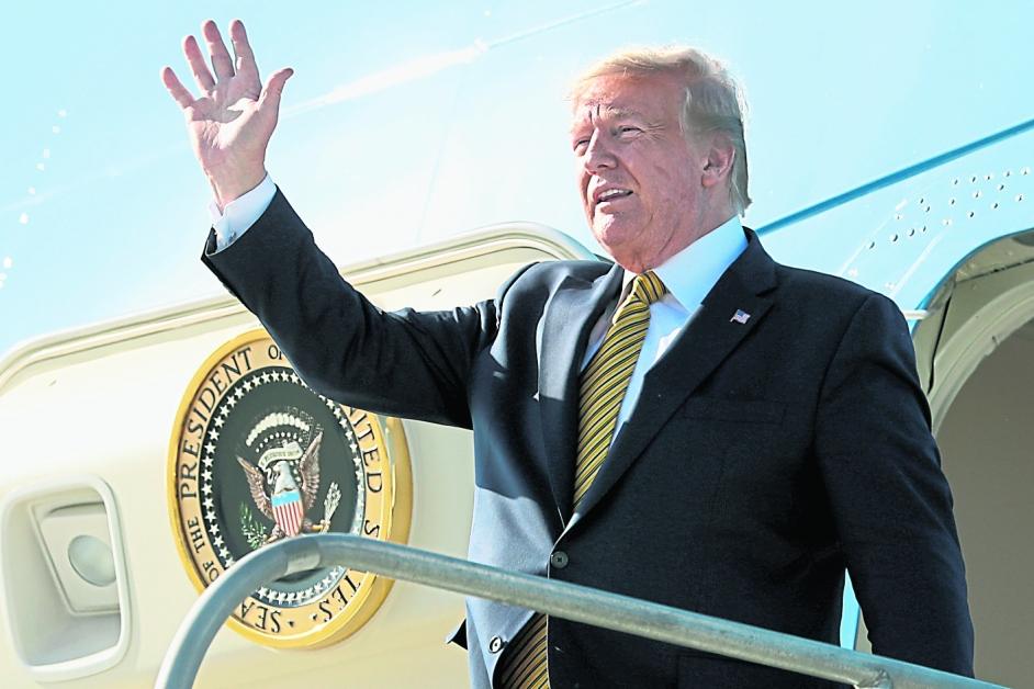 特朗普周二乘专机抵达洛杉矶出席活动。(美联社)