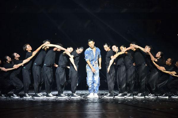 舞蹈员以手做出整齐划一的波浪舞,为华仔演唱会画下完美句点。