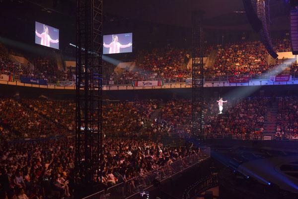 华仔吊在半空中演唱《独自去偷欢》和《如果有一天》。