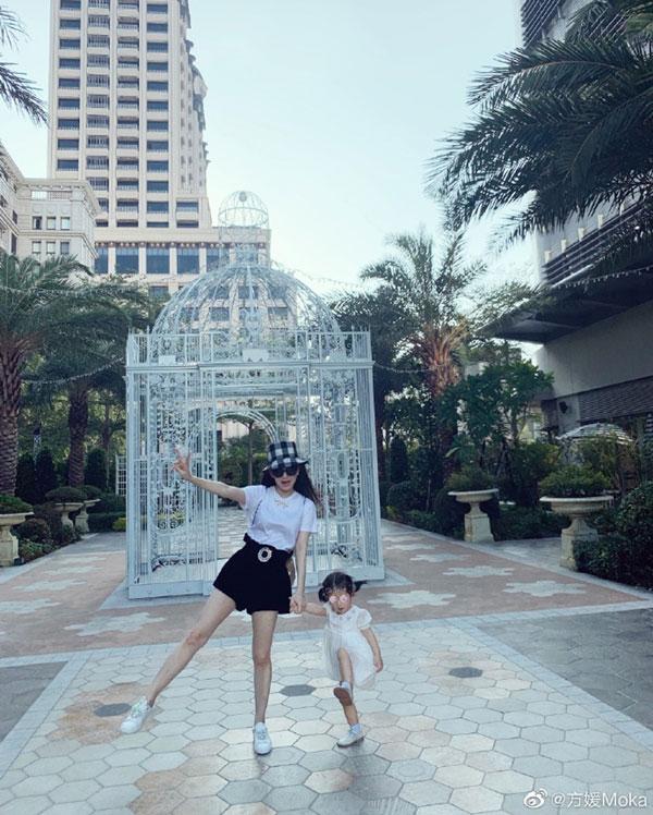 方媛在微博上晒美照,'来自我爸的拍照视角,新御用摄影师'。方媛穿黑色短裙背双肩包十分少女,一旁的女儿穿公主白裙,软萌可爱。