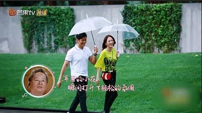 两人在雨中相会。