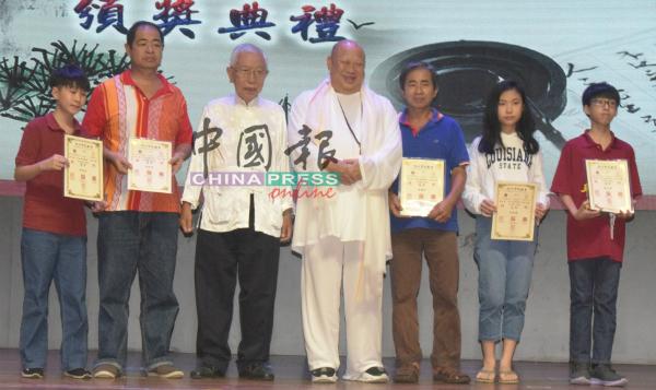 第2届四书五经语录书法赛非孔教会学员组合优胜者与颜德泉(左4起)及蓝日川。