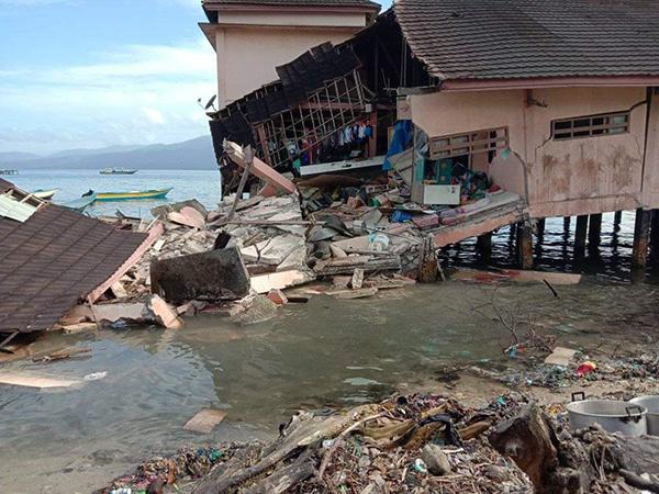 网传灾区屋子坍塌情况。