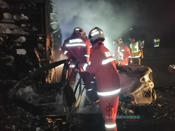 轿车被烧成废铁。