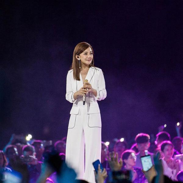 梁静茹在唱《勇气》时全场大合唱,似在为她加油。