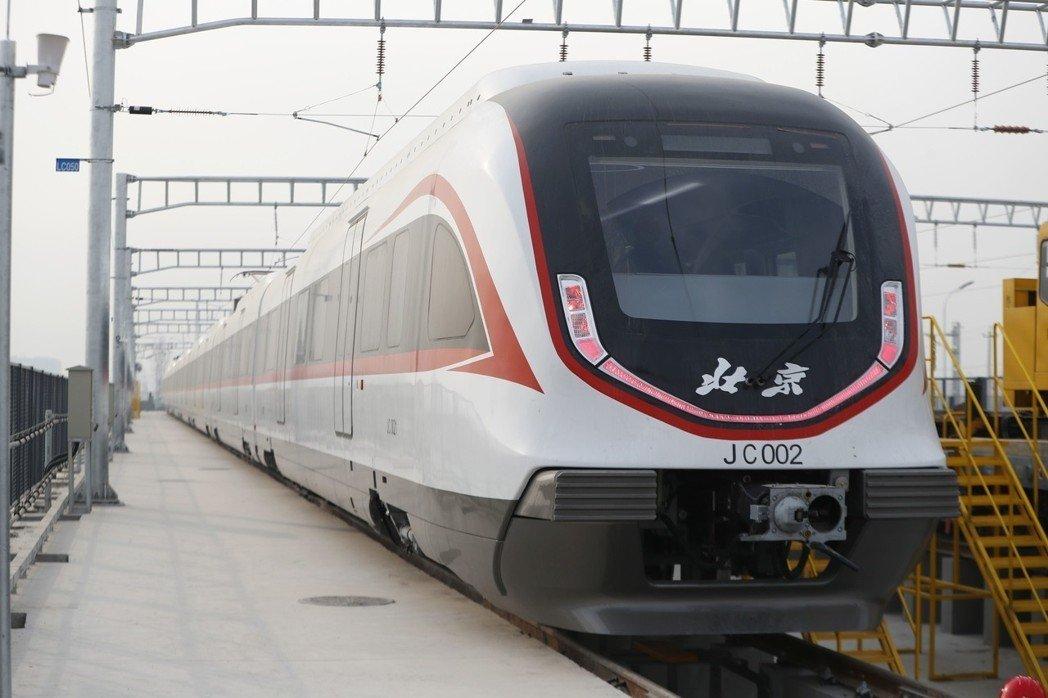 """北京地铁新机场线列车""""白鲸号""""今年1月29日首次亮相,列车将采用全自动无人驾驶技术,最高运行时速每小时160公里,是目前中国速度最快的城市轨道交通客车。"""