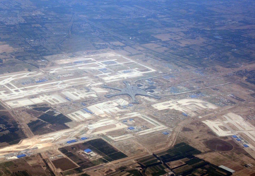 图为去年5月4日,上海飞往北京的航班,透过舷窗俯瞰建设中的北京新机场。