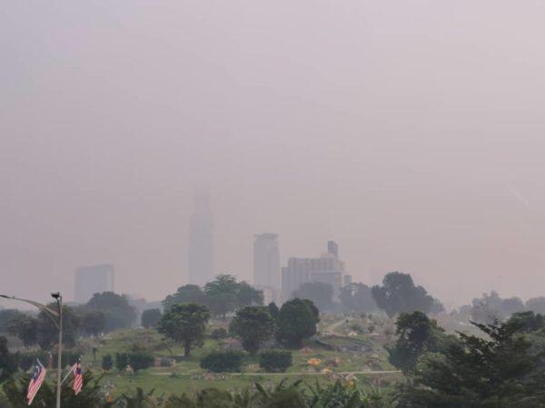 烟霾笼罩天空,可见度大大降低。