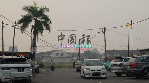 巴都峇加和拉汀花园两区逃不过烟霾蹂躏,居民被逼吸入大量烟霾。