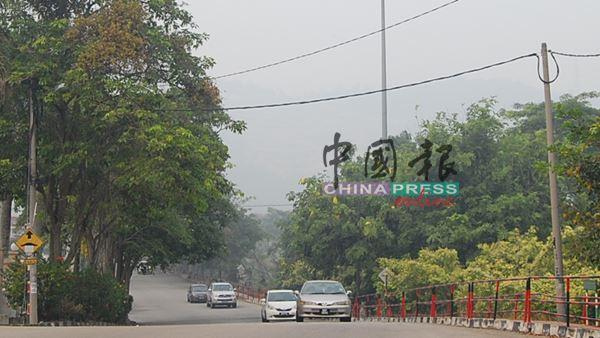 马口美景酒店陷入烟霾,背景是泰梳山,周日连山的轮廓也被烟霾遮盖。