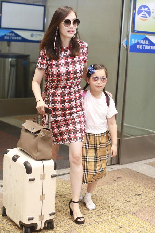 马蓉离婚后经常带着穿上名牌的女儿出国旅行。