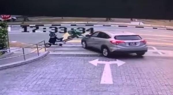 送餐员骑士抛飞两公尺,猛撞车子左侧车身。(互联网)