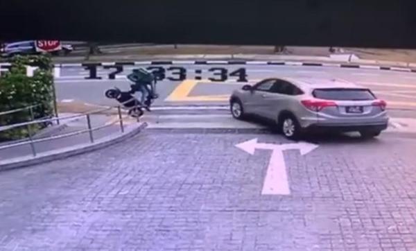 骑士疑在快速行驶时紧急刹车,结果车停人却飞了出去。(互联网)
