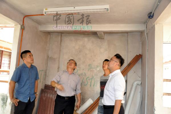 周世扬(左2)一行人巡视过程中,发现建议中的楼梯间照明灯已安装好,右起是吴勇汉、尹兆东和周建名。