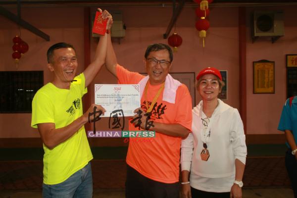 叶朝政(中)颁发奖状和奖金给优胜者,右为陈凤兰。