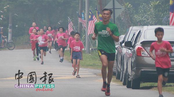 虽然烟霾和雨水降临,逾400名参赛者悉数完成所有赛程,无一落单。