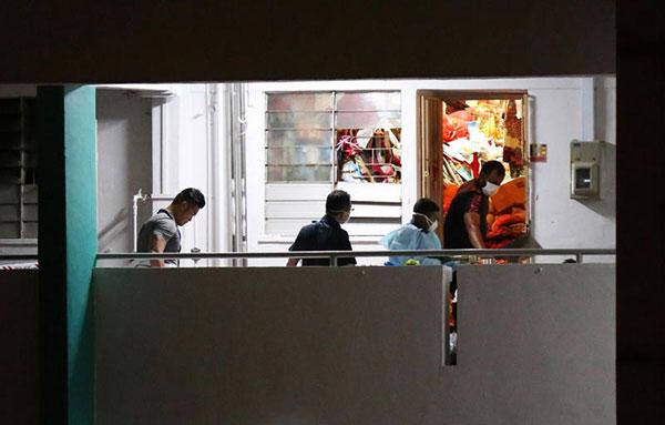 「垃圾屋」內發現一具腐屍,由於屋內堆滿大量垃圾,調查人員一度無法進屋。