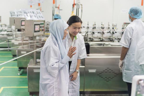 旺阿兹莎(左)向公司董事了解Ecobio Pack纸吸管制造过程。