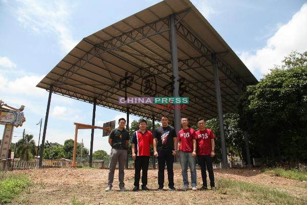 张僡宴(左起)、张文杰、郭子毅、陈狄源及杨瑞兴视察爱极乐新村有盖篮球场工程。