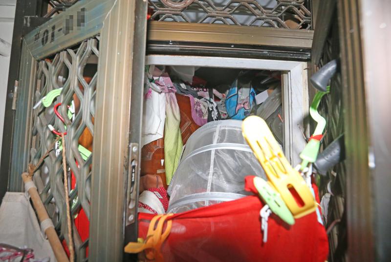 单位已经被塞满了垃圾,连门都关不上。