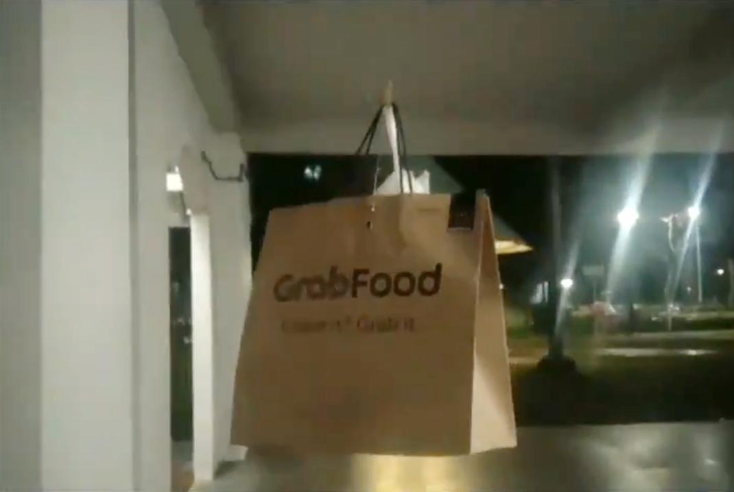 """被""""禁足""""的顧客突發奇想,決定用繩子把食物吊上樓。(取自網絡)"""