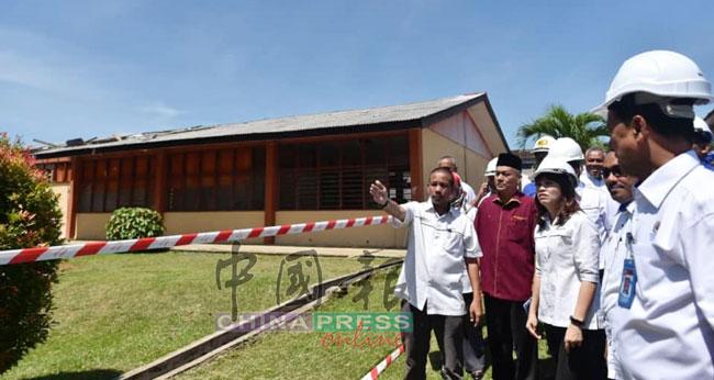 张念群(左3)在各部门官员陪同下,巡视阿吉尔兰达斯国中。