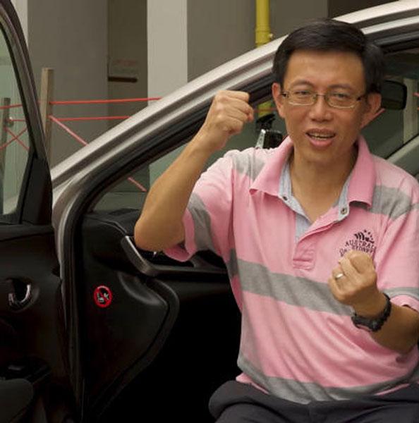 何民乐已经当了3年的私召车司机。(取自视频)
