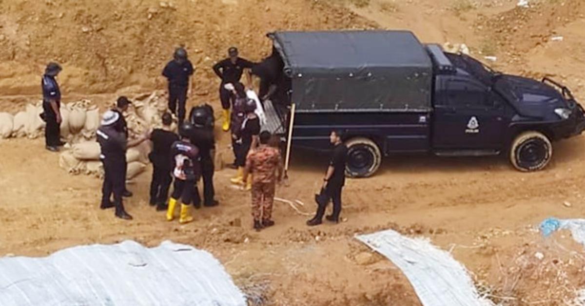 现场堆起沙包,拆炸专家进行引爆。(消拯局照片)