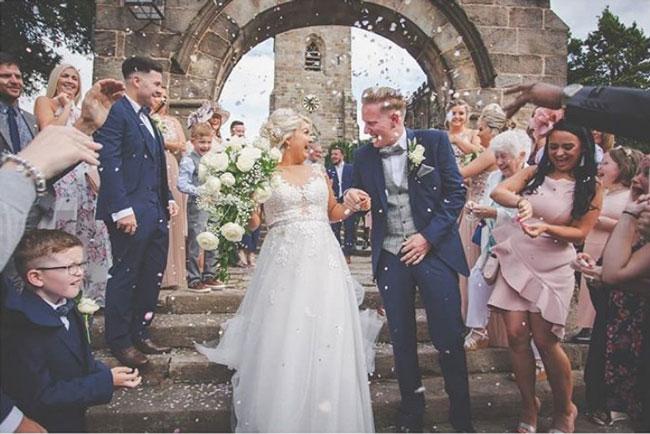 沃尔顿(中左)在8月与丈夫尼克(中右)结婚。